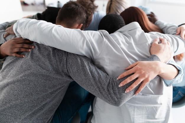 Reha-patienten umarmen und versammeln sich im kreis