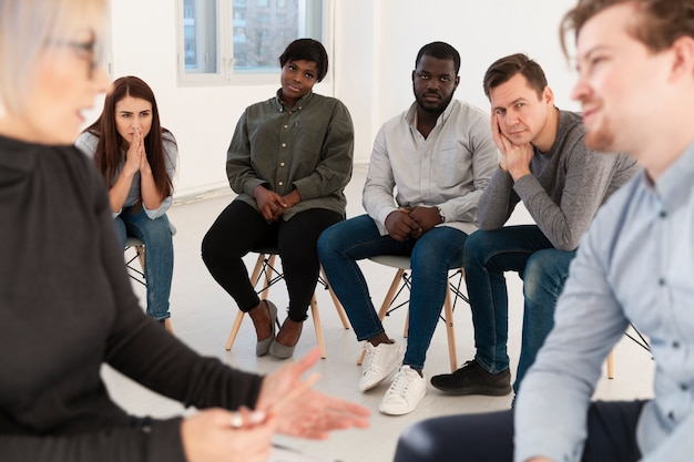 Rehabilitationspatienten, die doktor aufpassen, mit einem mann zu sprechen