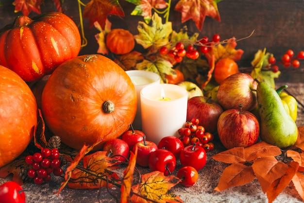 Reiche ernte von gemüse und früchten auf dem tisch