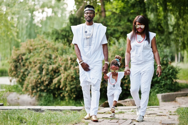 Reiche familie des afroamerikaners an der weißen nigerianischen nationalen kleidung