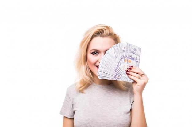 Reiche frau bedeckt ihr hübsches gesicht mit geld