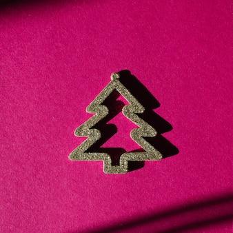 Reiche fuchsia farbe oder hellrosa hintergrund mit und weihnachtsbaumdekoration goldener weihnachtsbaum.