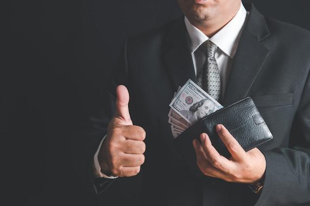 Reiche geschäftsmann zeigen uns dollar banknote in brieftasche