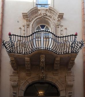 Reicher barocker balkon des alten palastes in ortigia