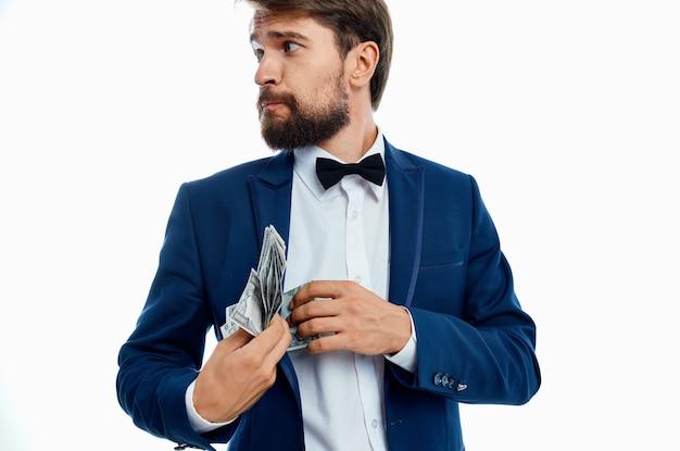 Reicher herr in der blauen jacke fliege hemd geldpackung währung.