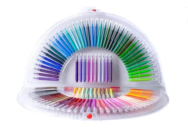 Reichhaltige farbpalette von filzstiften auf lokalem weißem hintergrund. produkte zum schreiben, zeichnen, kreativen entwerfen.