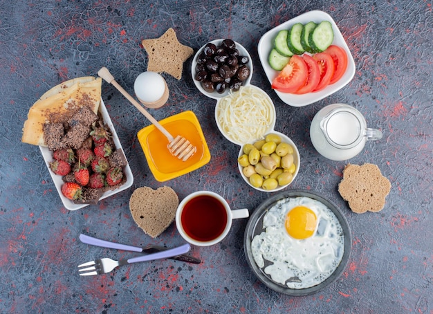 Reichhaltiger frühstückstisch mit verschiedenen speisen.