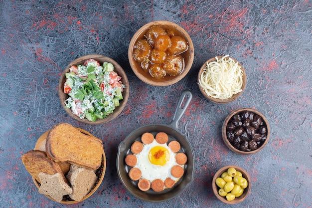 Reichhaltiger frühstückstisch mit verschiedenen zutaten.