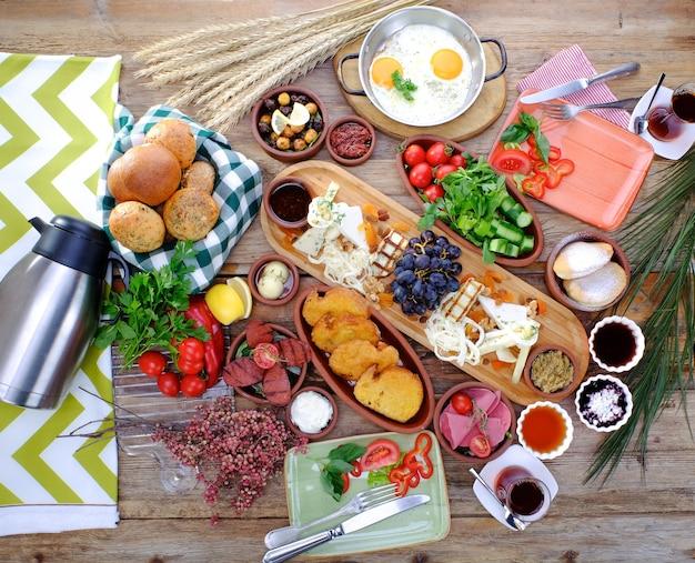 Reichhaltiger türkischer frühstückstisch