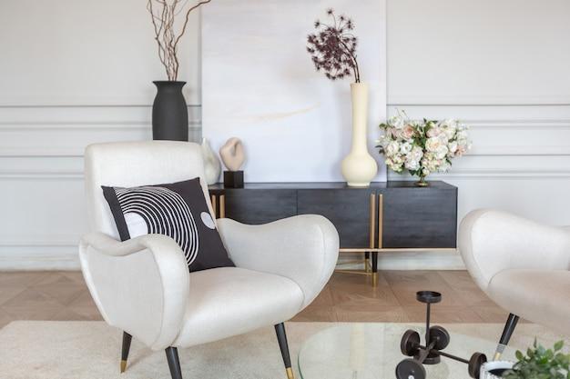 Reichhaltiges luxuriöses interieur eines gemütlichen zimmers mit modernen stilvollen möbeln und flügel, dekoriert mit barocken säulen und stuck an den wänden