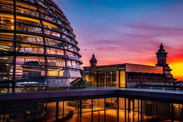 Reichstag große glaskuppel und dachterrasse bei sonnenuntergang