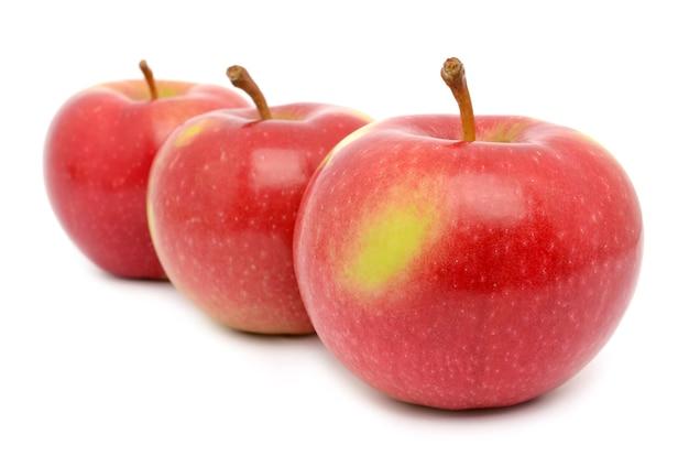 Reife äpfel auf einer weißen oberfläche isoliert