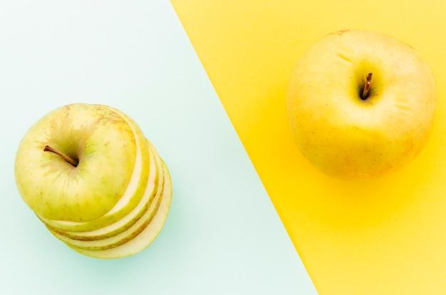 Reife äpfel auf farbigem hintergrund