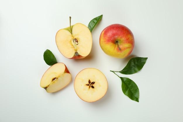 Reife äpfel auf weißem hintergrund, ansicht von oben