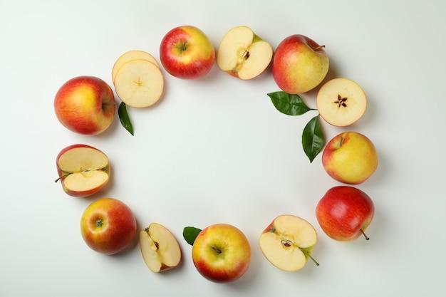 Reife äpfel auf weißem hintergrund, platz für text