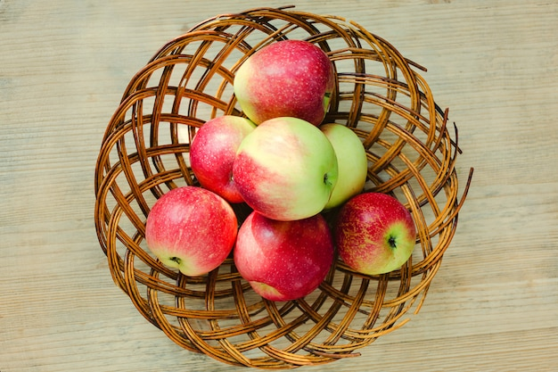 Reife äpfel im hölzernen korb. ansicht von oben.