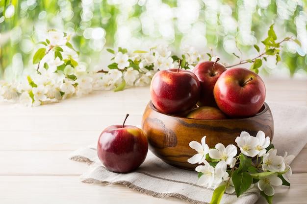 Reife äpfel in holzschale