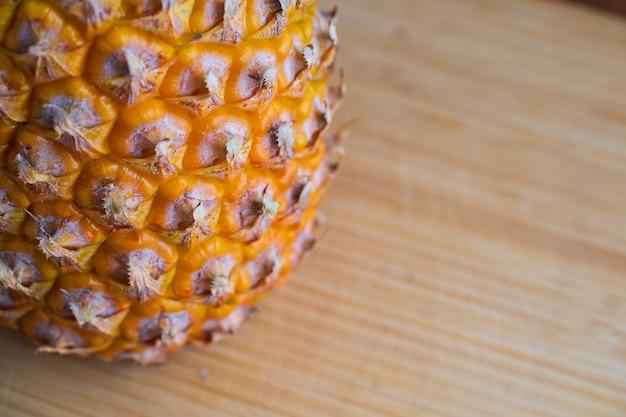 Reife ananas auf einem schneidebrett.