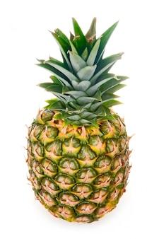 Reife ananas lokalisiert auf weißem hintergrund