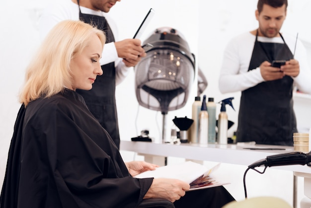 Reife attraktive frau, die stilvollen haarschnitt tut.