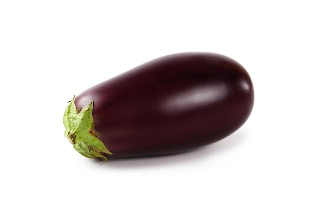 Reife aubergine auf weiß