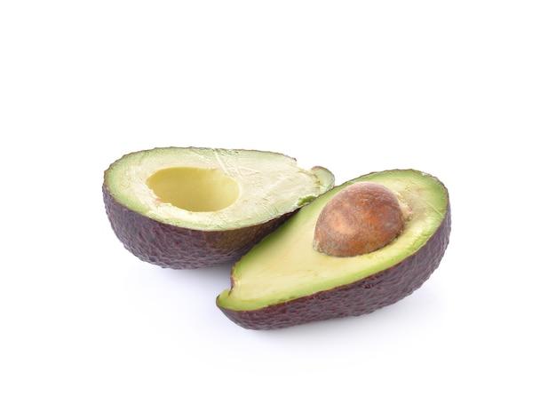 Reife avocado auf weißer wand