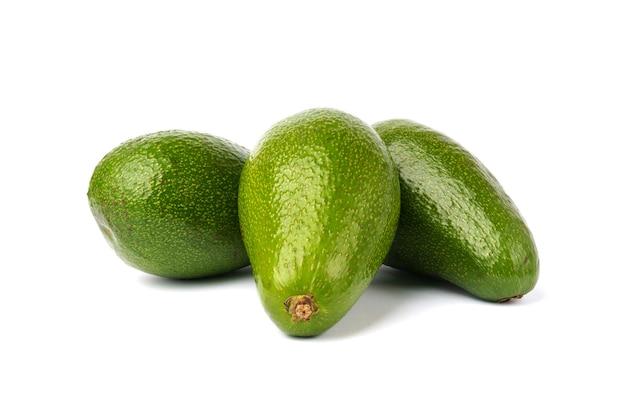 Reife avocado lokalisiert auf weiß. exotische früchte. frische saftige avacado.