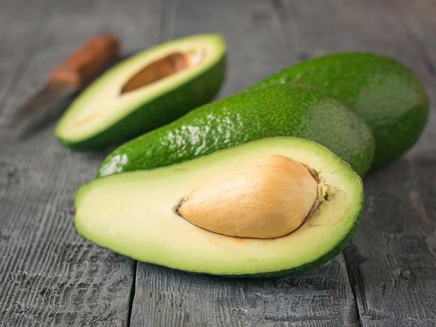 Reife avocados auf hölzerner rustikaler tabelle.