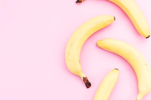 Reife bananen zerstreut auf tabelle