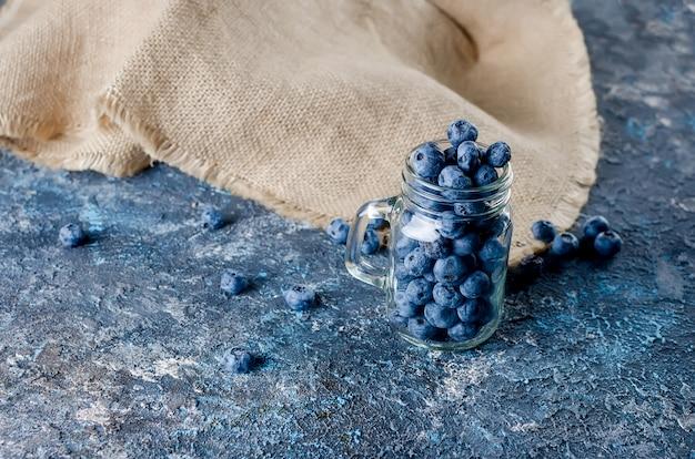 Reife blaubeeren auf einem dunklen konkreten hintergrund