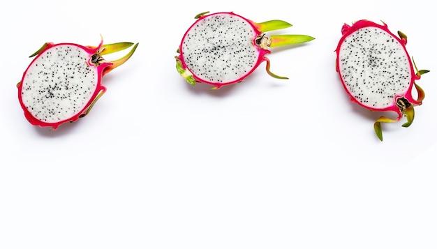 Reife drachenfrucht oder pitahaya auf wihte. draufsicht