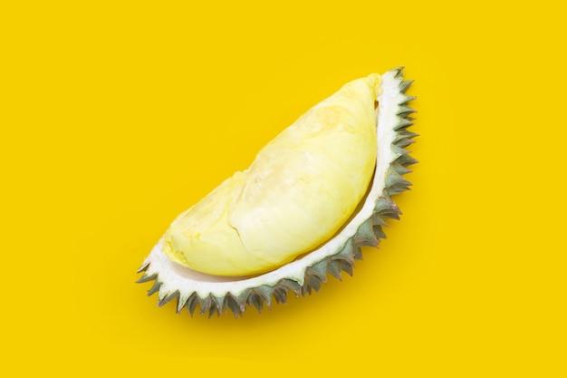 Reife durian auf gelbem hintergrund