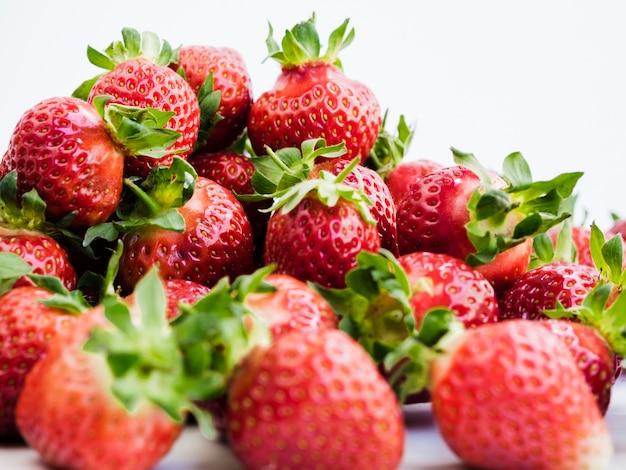 Reife erdbeere auf heller oberfläche