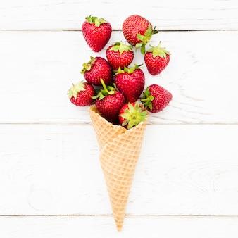 Reife erdbeere im waffelkornett