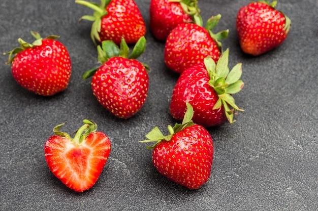 Reife erdbeeren auf dem tisch