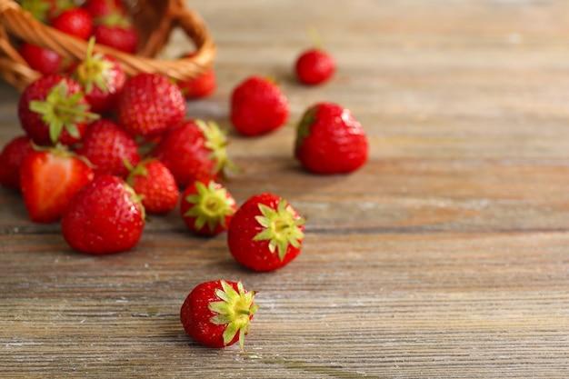 Reife erdbeeren auf holztisch, nahaufnahme