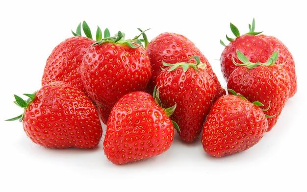Reife erdbeeren lokalisiert auf weißem hintergrund