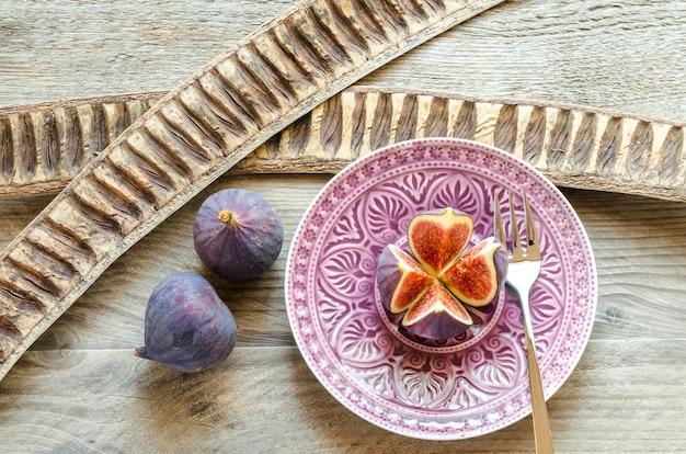Reife feigen: querschnitt und ganze früchte
