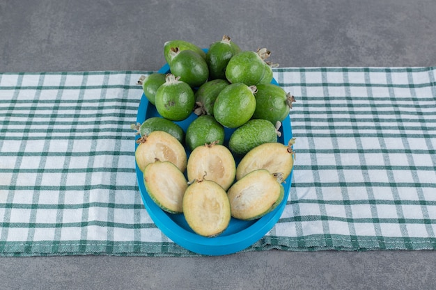 Reife feijoa-früchte auf blauem teller. foto in hoher qualität