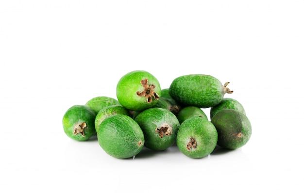 Reife feijoa-früchte werden auf einer weißen wand isoliert.