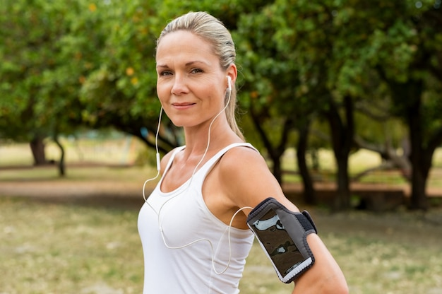 Reife frau beim joggen