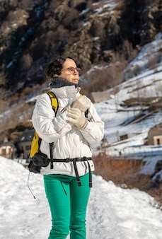 Reife frau des wanderers im schnee