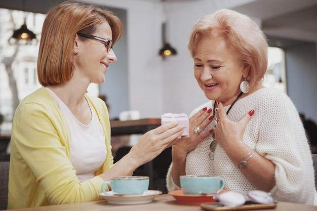 Reife frau, die ihre ältere mutter im café trifft