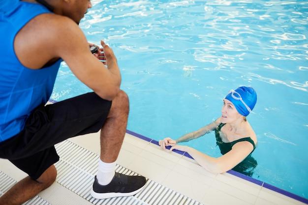 Reife frau in der aqua fitness klasse