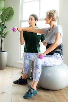 Reife frau macht physiotherapie