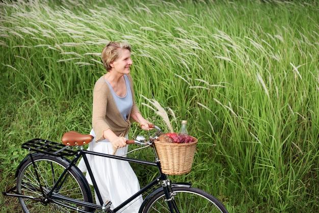 Reife frau mit einem fahrrad
