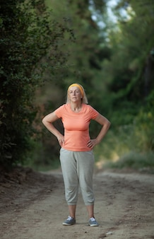 Reife frau müde nach einem joggen