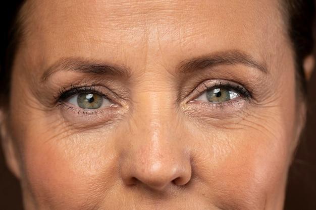 Reife frau posiert mit augen make-up auf