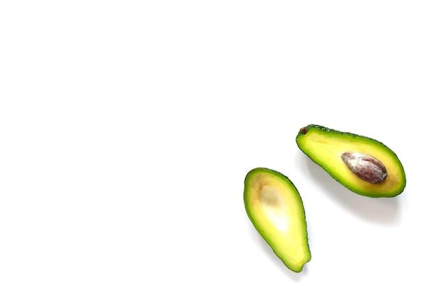 Reife frische avocado lokalisiert auf weiß