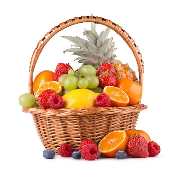 Reife frische früchte in einem korb auf weißem hintergrund
